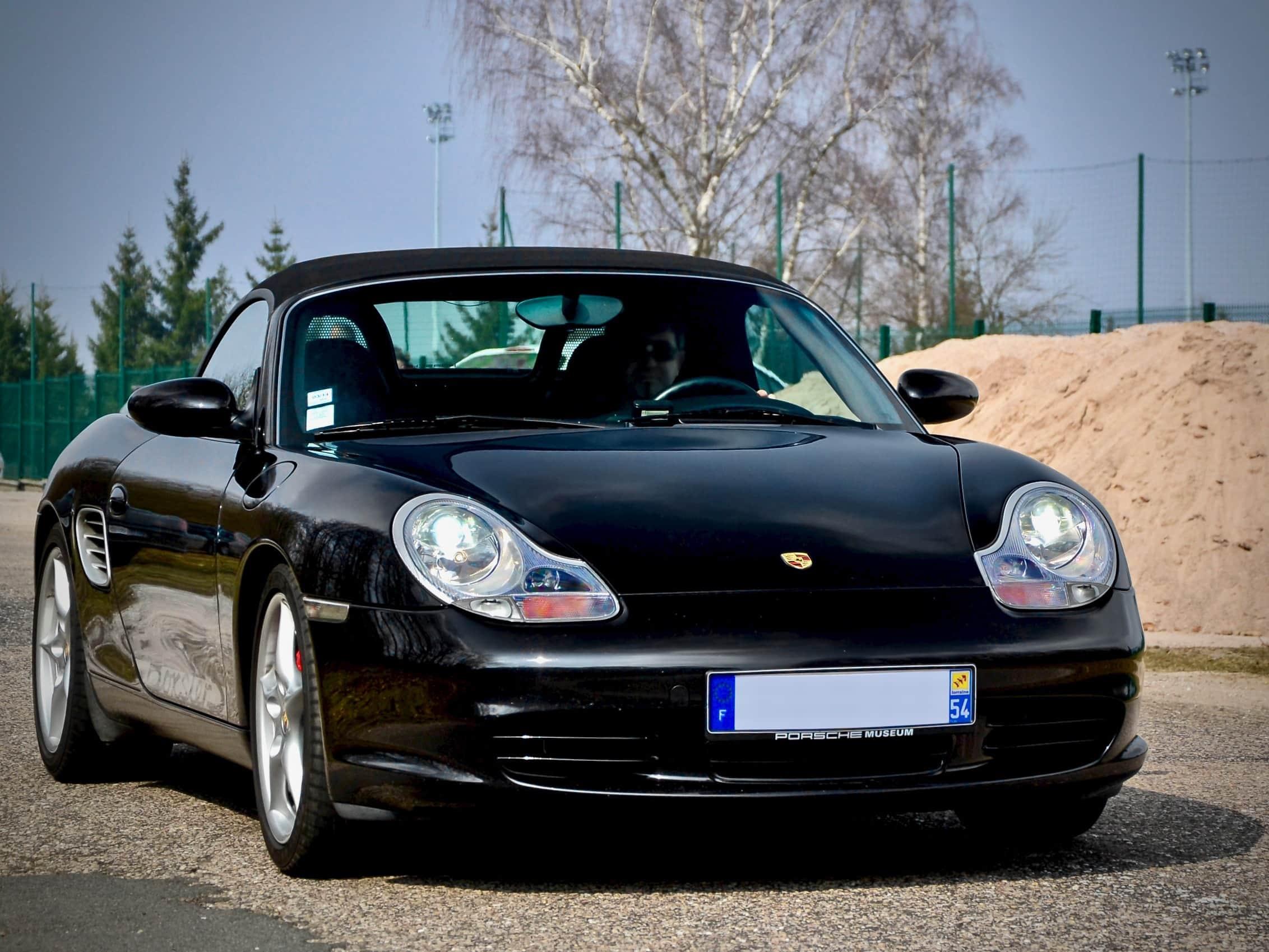Musta Porsche Boxster 986 edestä