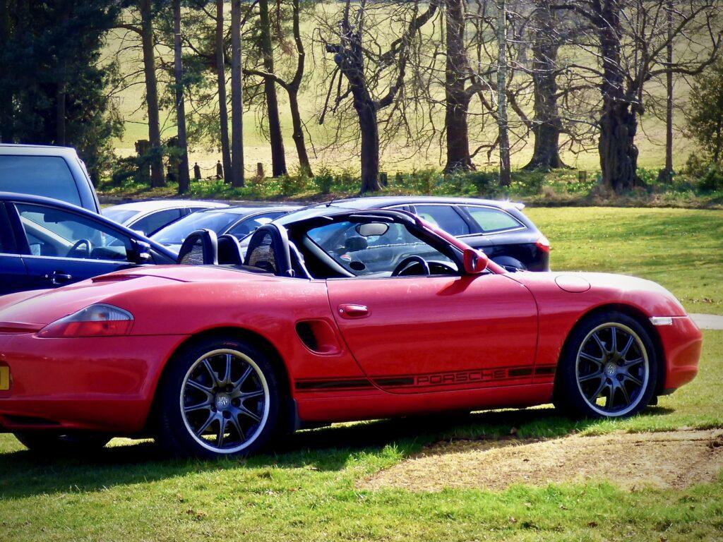 Punainen Porsche Boxster 986 sivusta