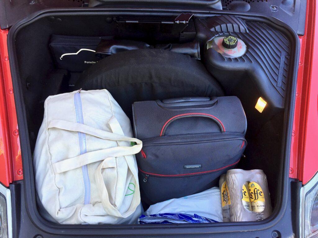 Boxsterin tavaratila matkalla autolla Euroopan halki