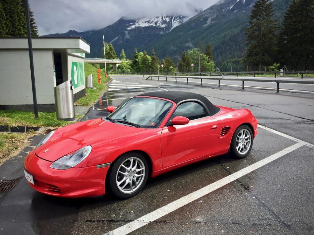Sveitsin alpit puolivälissä matkalla autolla Euroopan halki